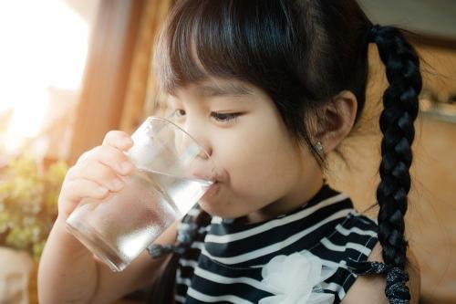 ¿Cuánta agua debe beber mi hijo y por qué?