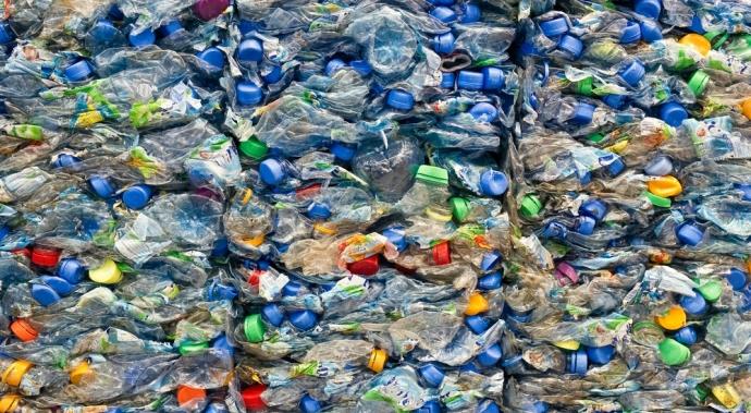 Esas botellas que botas a la basura pueden servir para construir casas