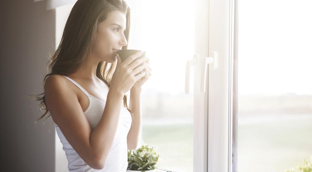 Este simple estiramiento lo puedes hacer mientras preparas el café de la mañana