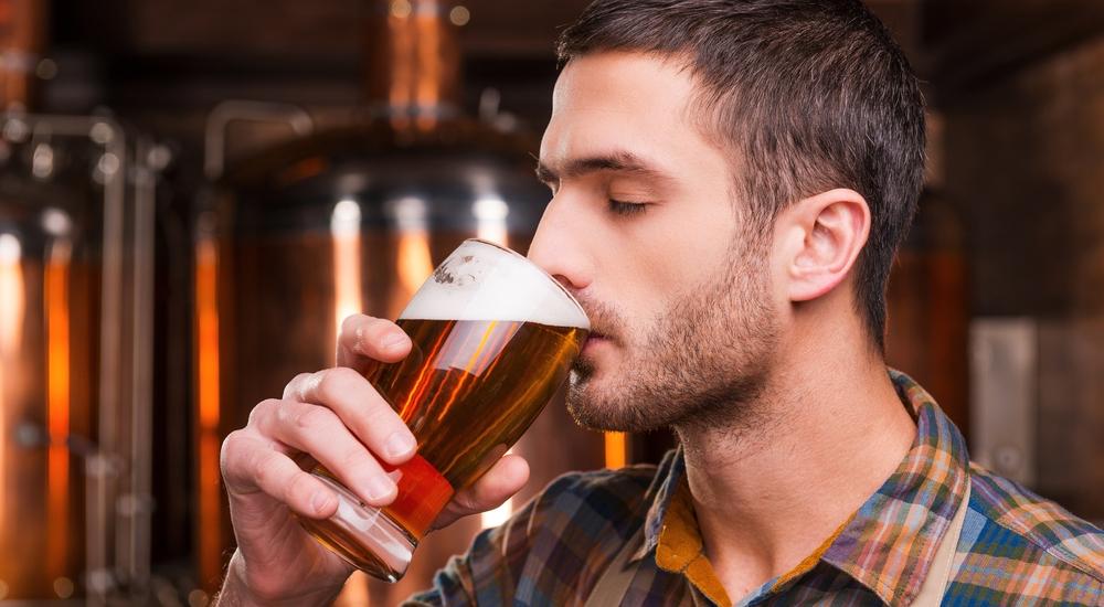 ¿Por qué una cerveza helada te quita la sed, pero varias te deshidratan?