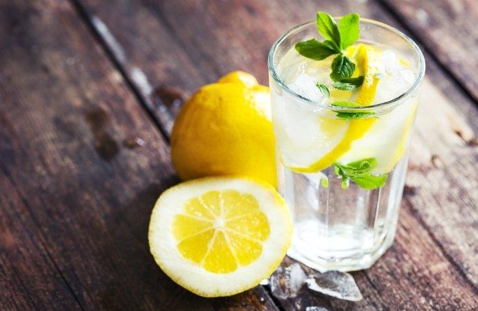 ¿Conoces todos los beneficios de tomar agua con limón por las mañanas?