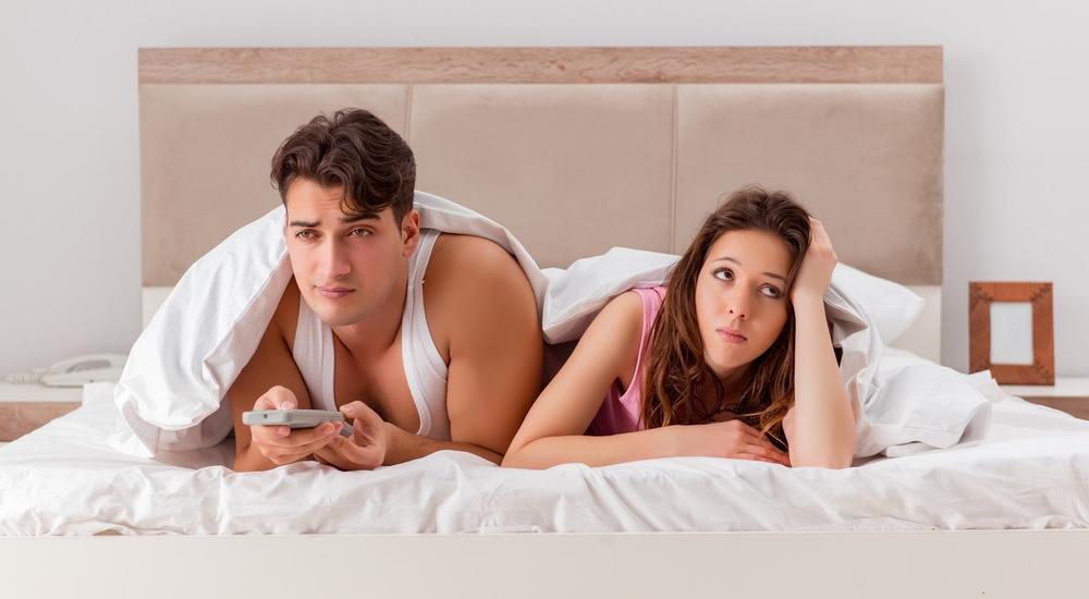 El televisor en el dormitorio está pasándole factura a tu vida de pareja