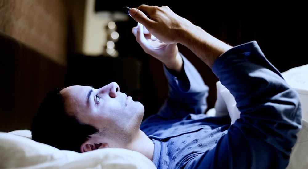 Mirar tu celular antes de dormir es peor para tu sueño de lo que pensábamos