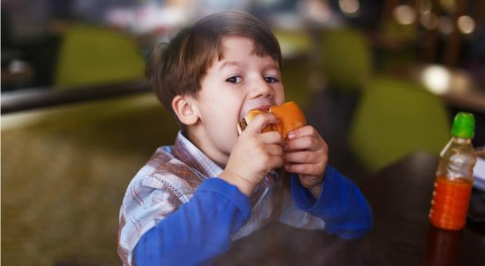 ¿Tienes hijos?: Esto es lo que deberías saber sobre la obesidad infantil