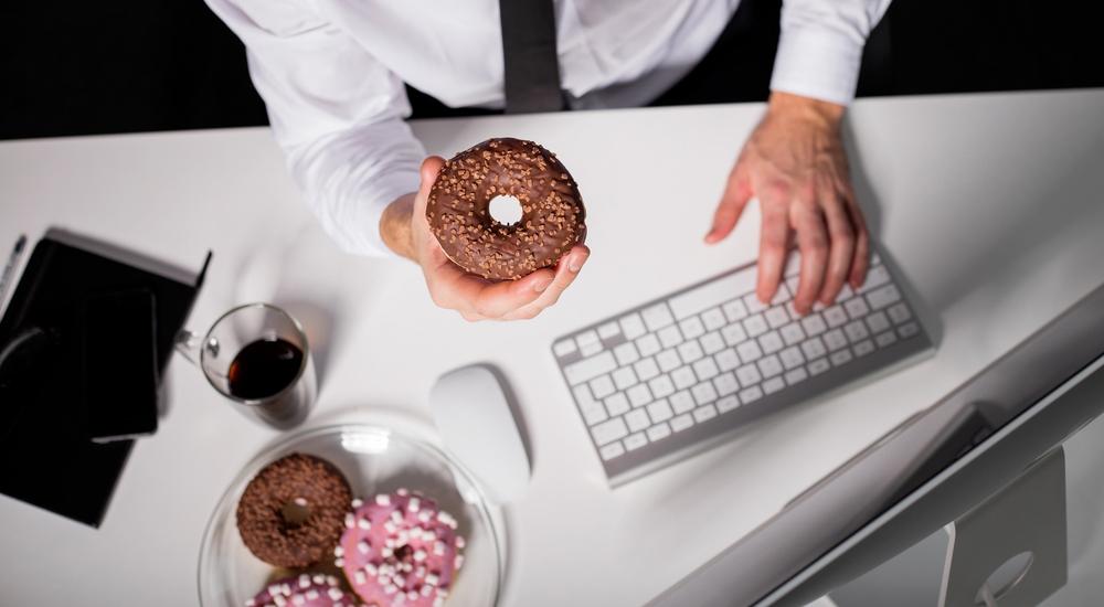 Por estos motivos siempre tienes hambre en la oficina