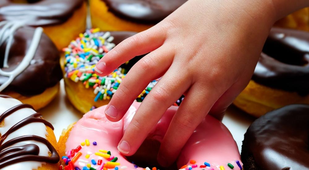 ¿El azúcar vuelve inquietos a los niños?