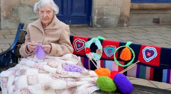 Nunca es tarde para jugar: esta mujer de 104 años llena de color las calles de su ciudad