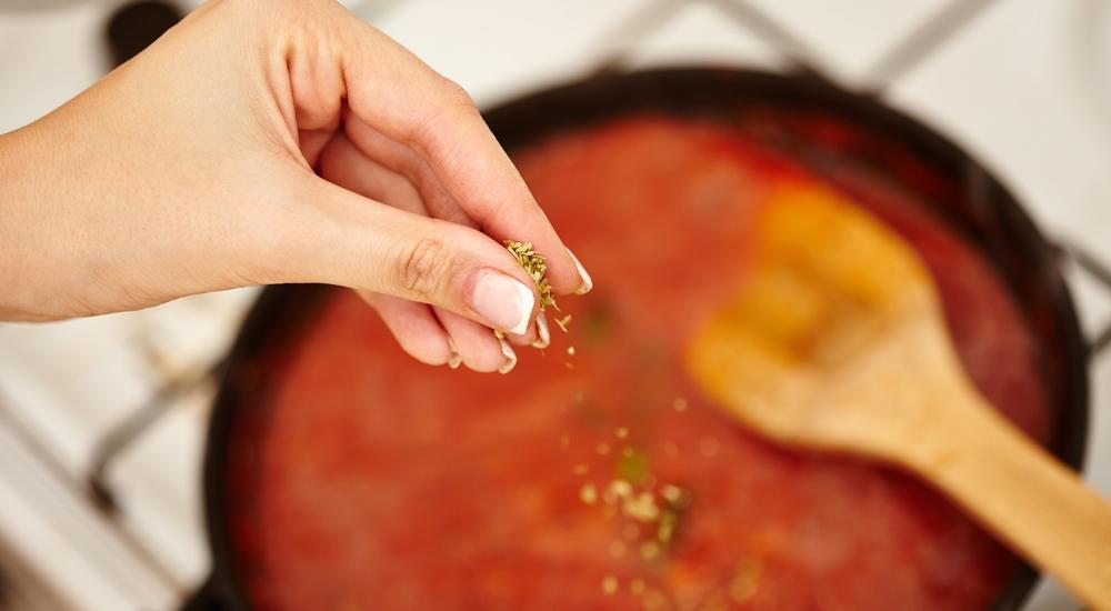 Aprende de una buena vez a hacer una salsa de tomate casera como se debe