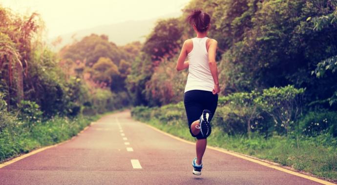 ¿Dormir un poco más o despertarte para ejercitarte? ¿Cuál es mejor?